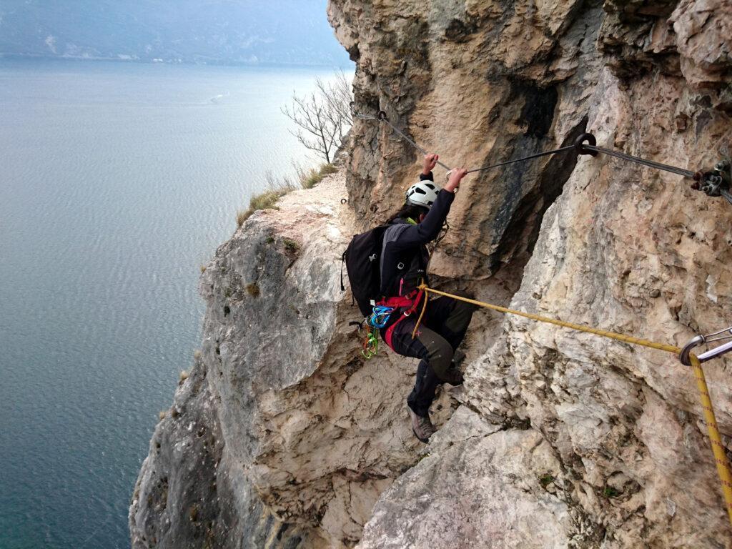Primo punto chiave: c'è un buco largo circa 2 metri dove bisogna sospendersi nel vuoto appesi al cavo