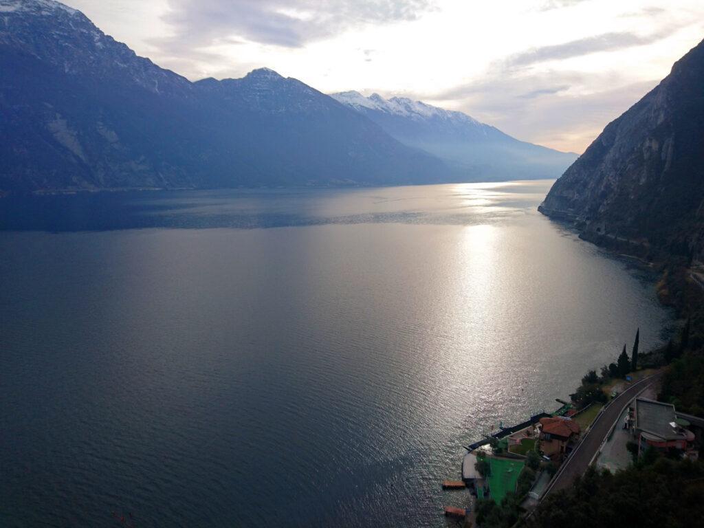 Guardando il lago di Garda verso sud, intravediamo l'Hotel Pier sopra al quale termina il Tracciolino