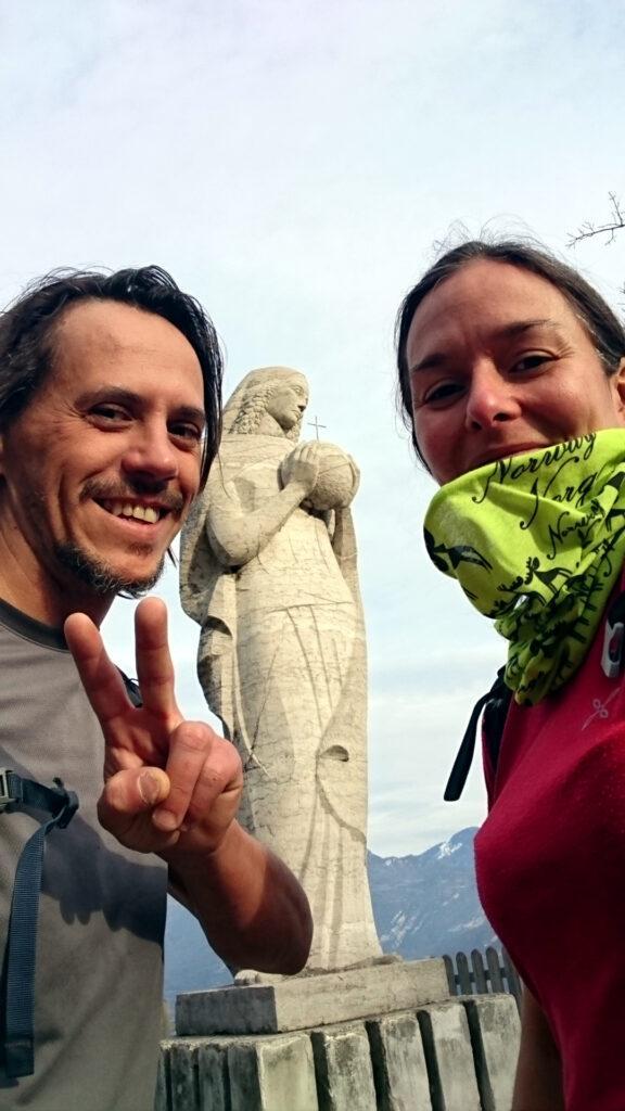 Selfie soddisfatti al punto panoramico di Pregasina