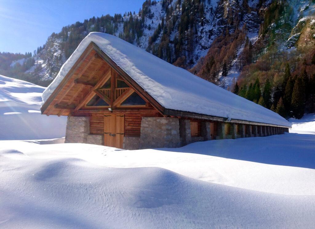 La mega stalla ultramoderna di Valagola in tutto il suo splendore invernale