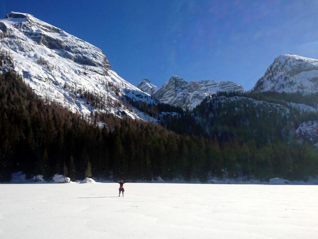Erica nel bel mezzo del lago di Valagola ghiacciato