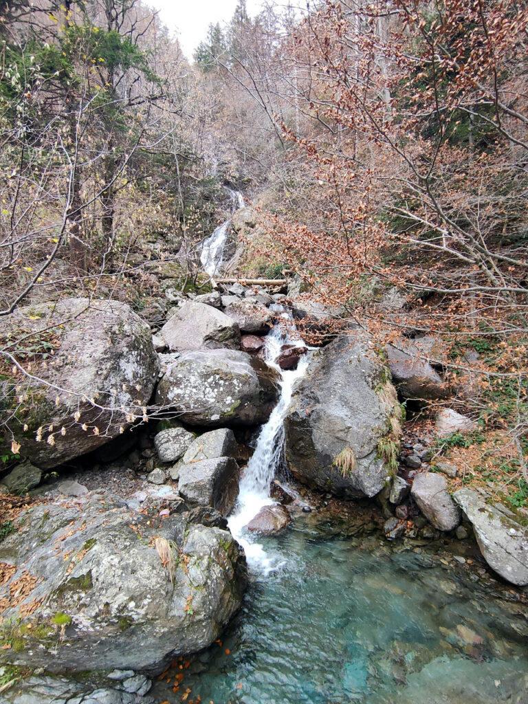 Lungo il sentiero si incontrano numerose pozze d'acqua e cascatelle