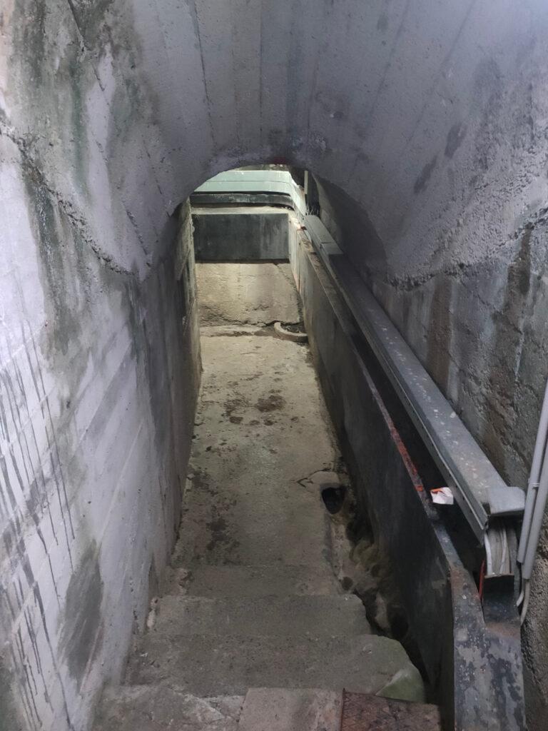 Il caratteristico passaggio nel tunnel che costeggia la diga