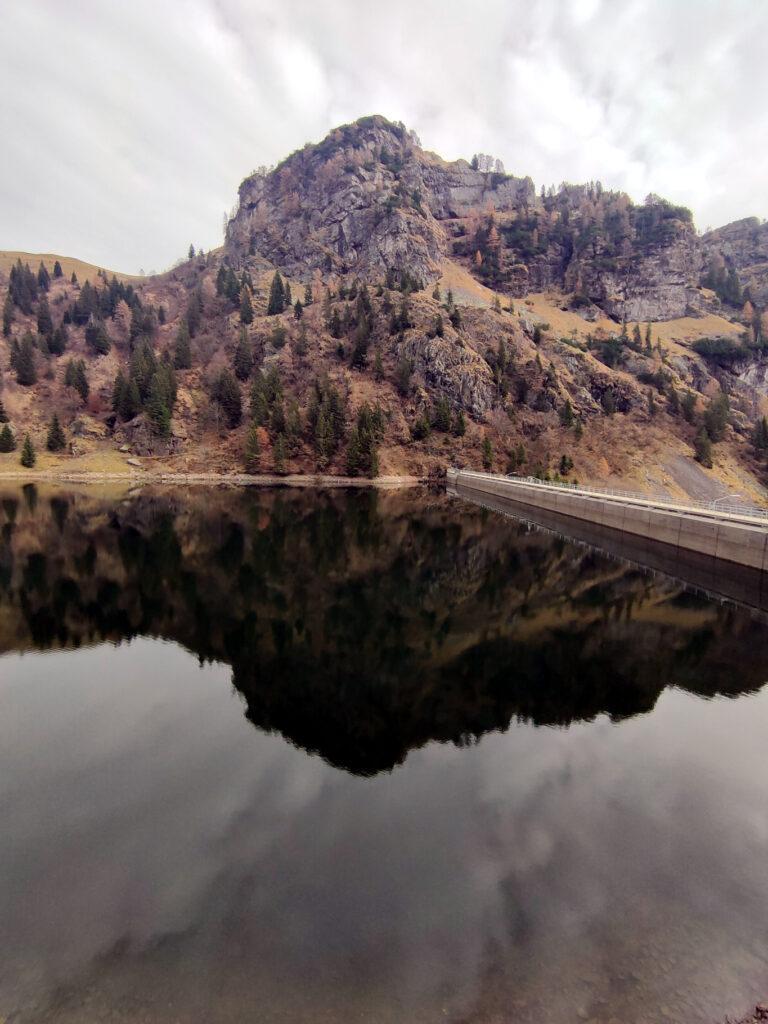 riflessi nel lago Mora