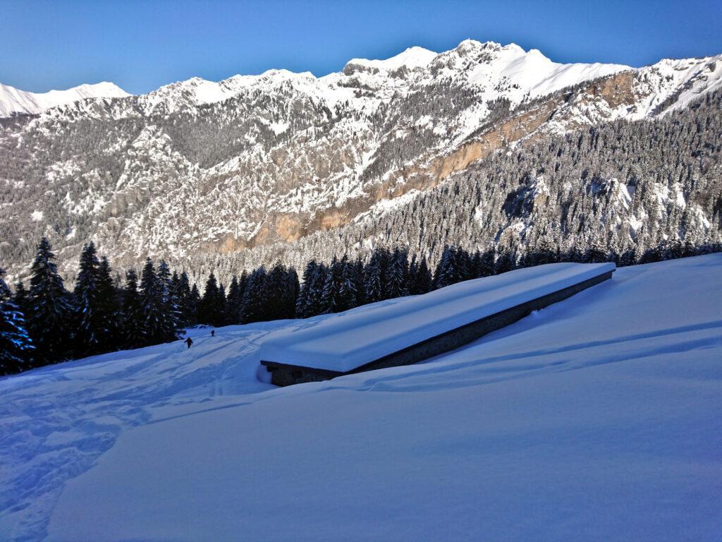 baite semisommerse dalla neve