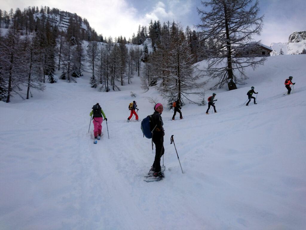 Erica sale con le ciaspe, ma non può reggere il ritmo degli sciatori. Piccola pausa per lasciar passare un gruppo di skialpers
