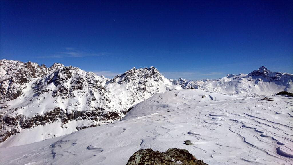 Queste potrebbero essere il Sasso Moro e il Monte delle Forbici. Più a destra il Pizzo Scalino