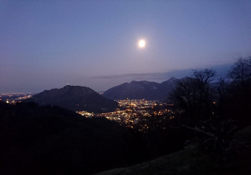 Foto patacca di Lecco fatta dal mio cellulare pacco poco prima che arrivi l'alba