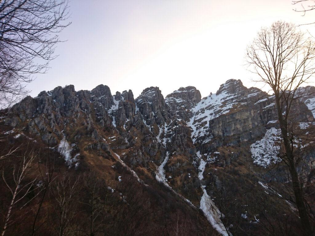 Finalmente dopo lunga camminata siamo in vista del Resegone! Il nostro canale sarà la prima striscia nevosa sulla sinistra