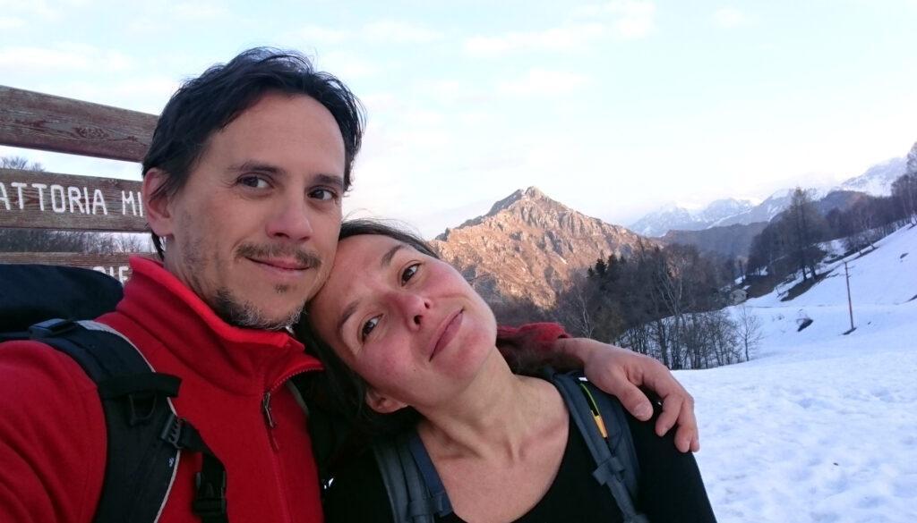 Giunti ai Piani d'Erna facciamo un selfie propiziatorio con il Due Mani sullo sfondo già baciato dal sole