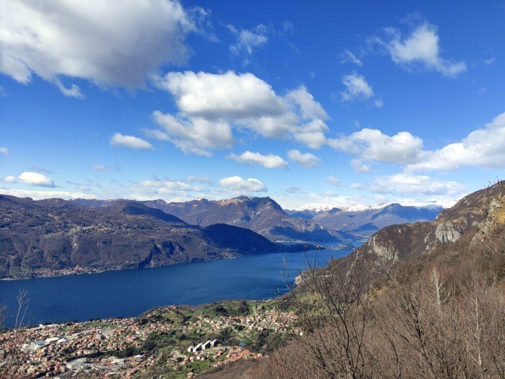 il lago di Como, la vista spazia sino a Bellagio e oltre