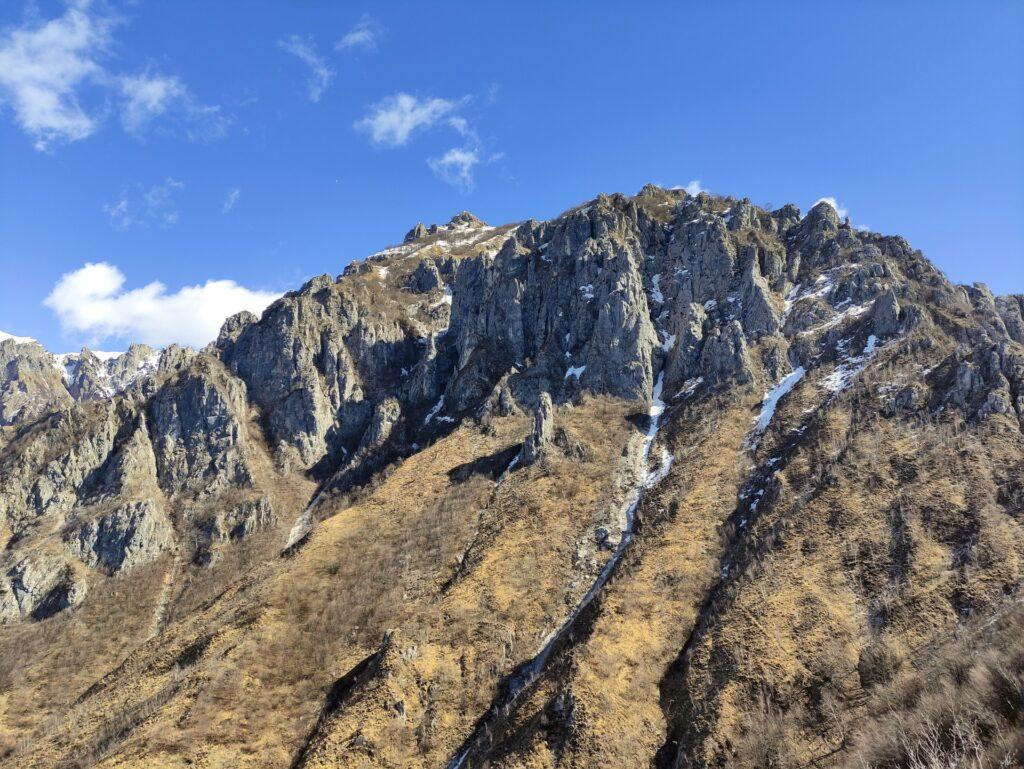 il sentiero sale dapprima su questo versante, infilandosi poi in cresta sulle roccette