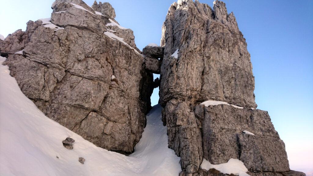 Bellissima finestra nella roccia con sasso incastrato subito alla destra della nostra uscita dal canale