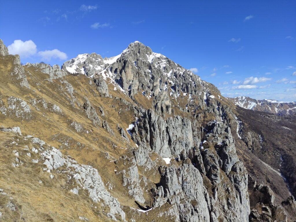 lontano lontano il Rosalba e ben visibile la torre Cecilia