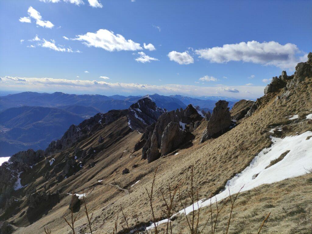il sentiero scende aggirando la cresta rocciosa, per poi riportarsi sul versante di Mandello Lario