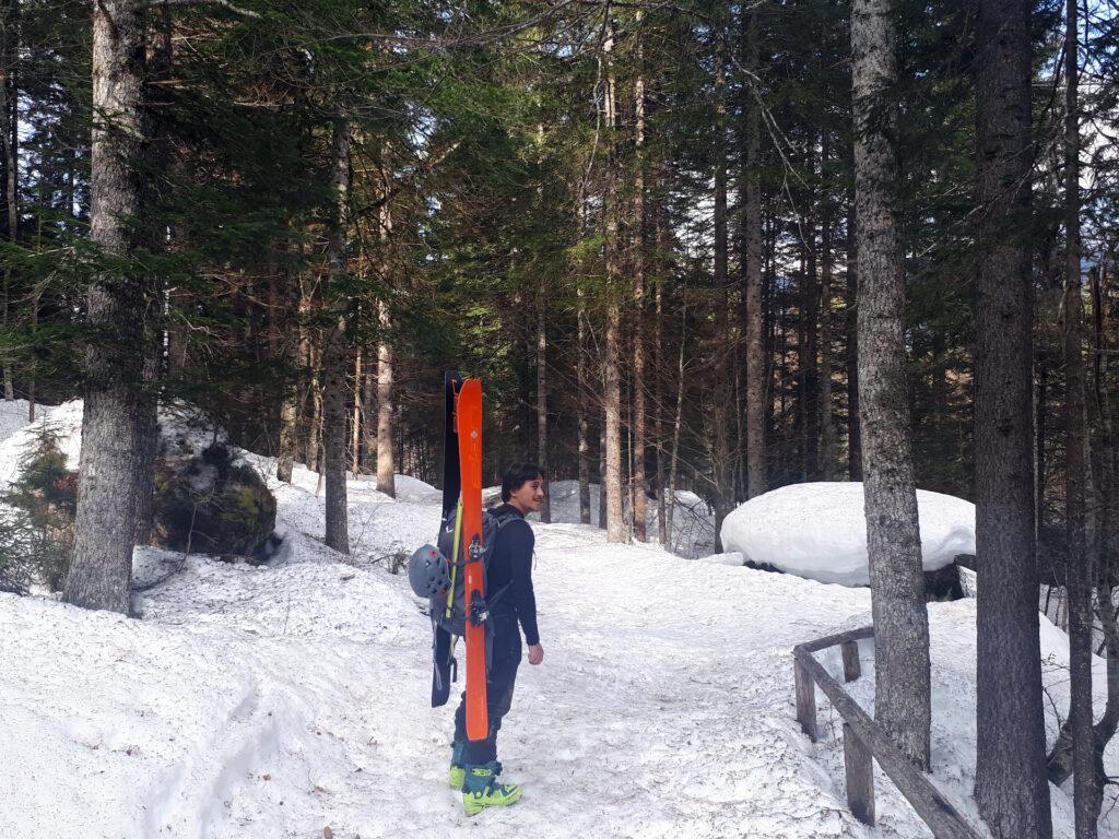 il nostro scialpinista pronto a spallare, ma fortunatamente per poco