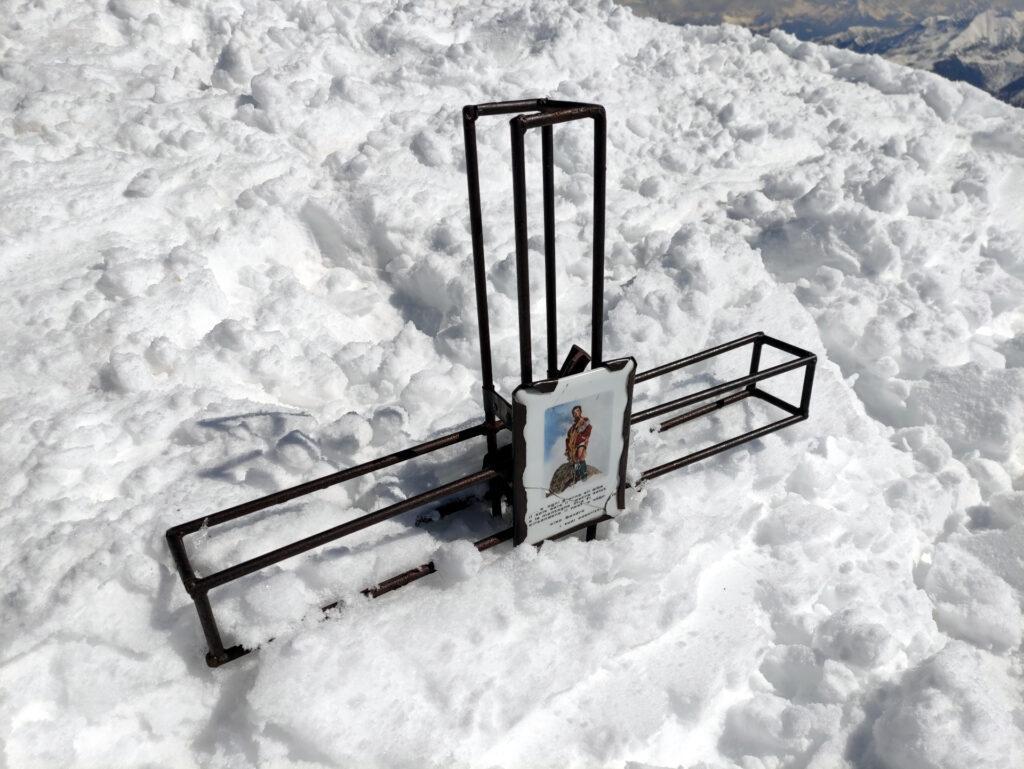 la croce del Piz Mellasc quasi sommersa dalla neve
