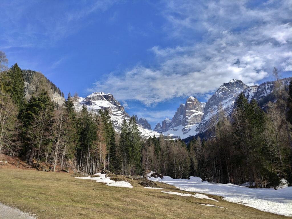Vista della Val Brenta risalendo verso Vallesinella