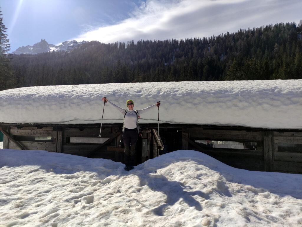 Erica di fronte alla tettoia di inizio dei sentieri ancora del tutto coperta di neve