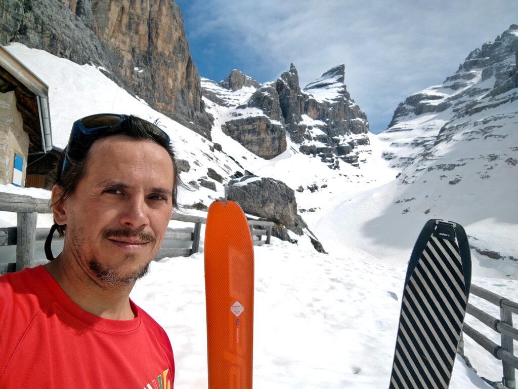 Gab, i suoi scietti e la pinna della Cima Sella sullo sfondo