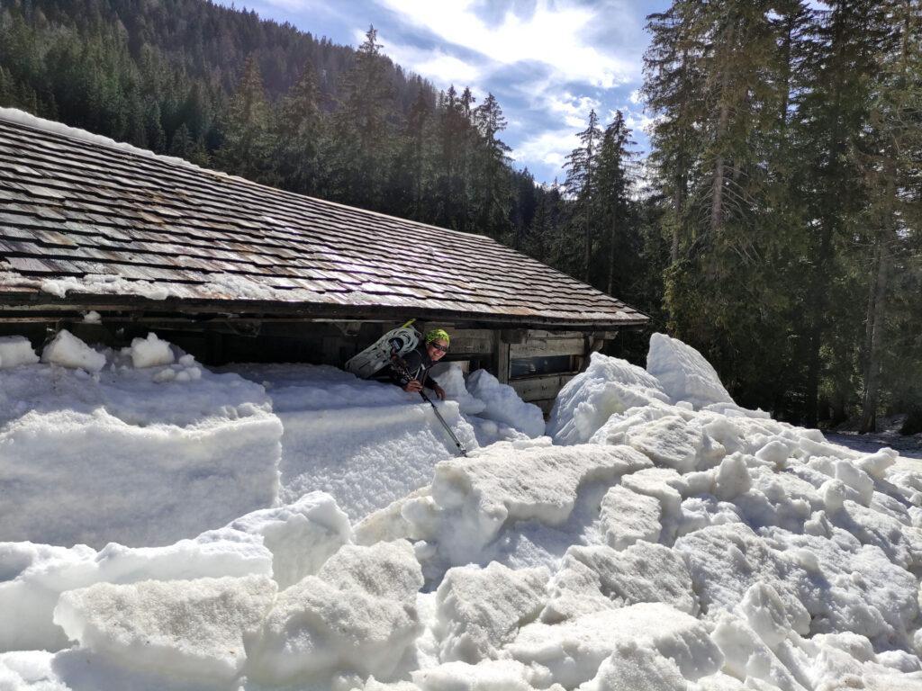 Al termine della discesa rieccoci a Vallesinella. Nel frattempo è crollata tutta la neve che era sul tetto!