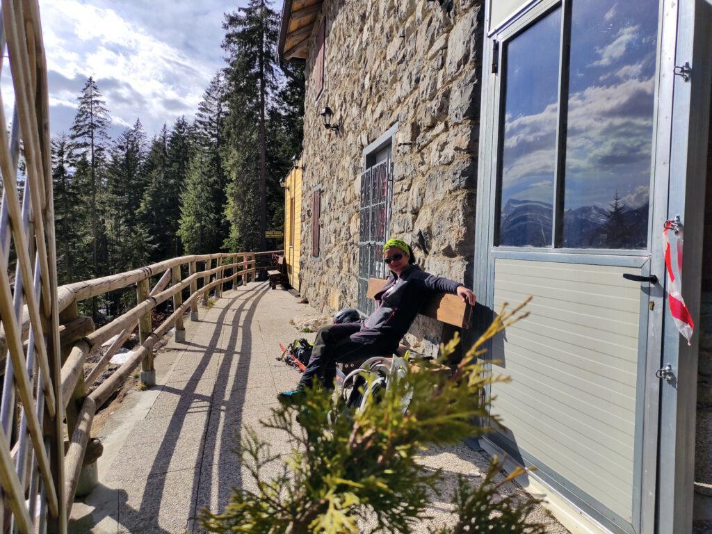 Erica si riposa sulla panca del Rifugio Cascate