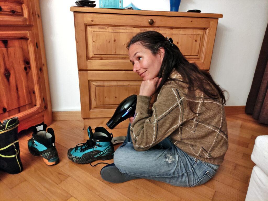 Quando si usano gli scarponi estivi sulla neve, poi bisogna rimediare in qualche modo! :P