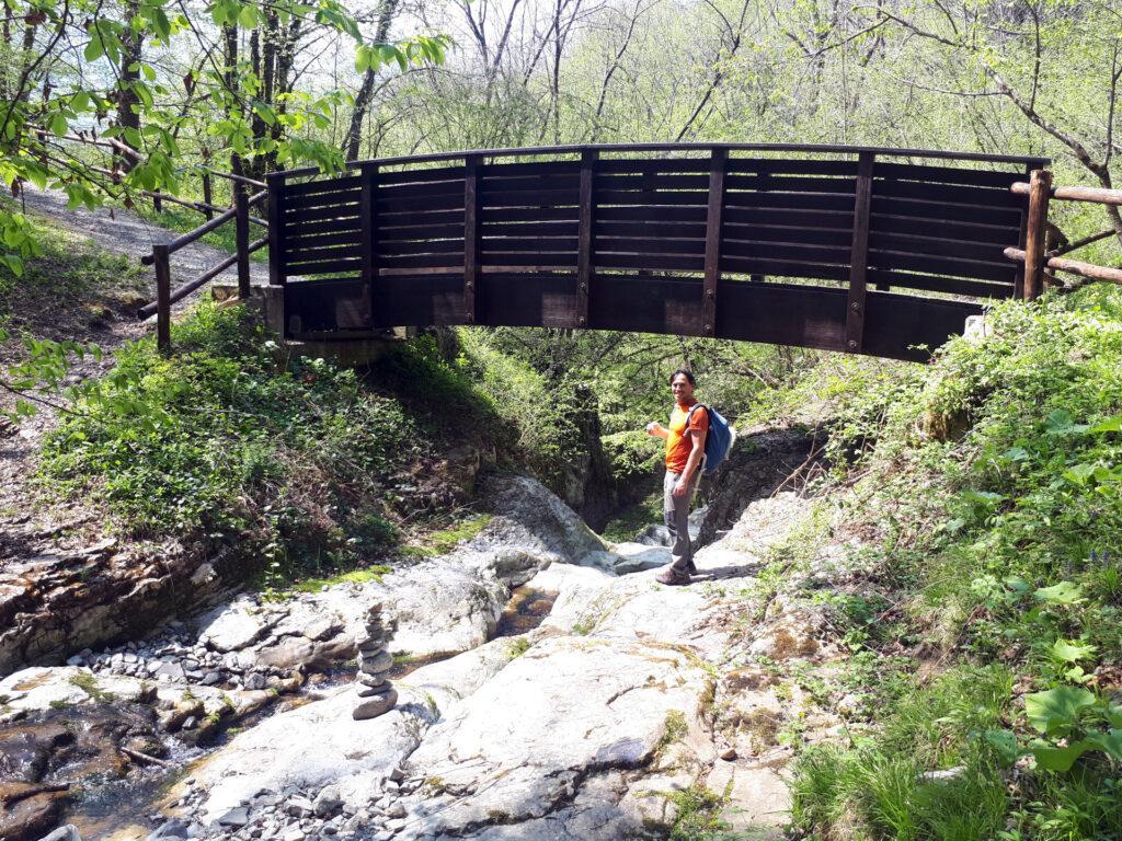 il ponticello che scavalca il torrente e la forra, raggiungibile con il percorso B