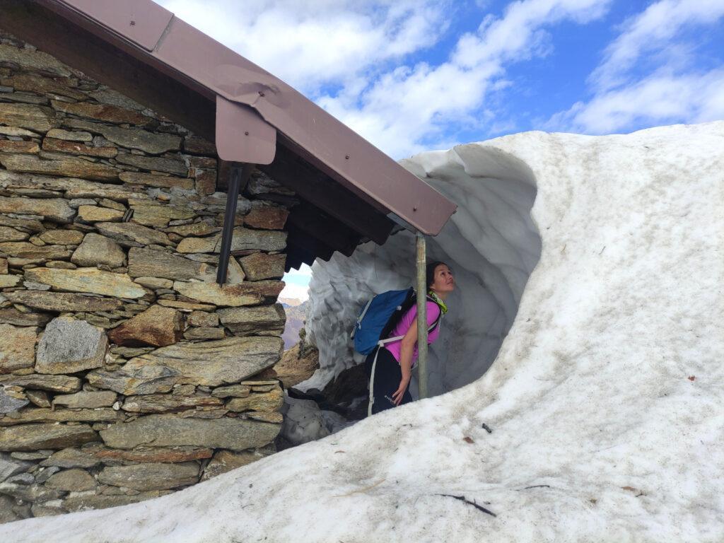 Erica gioca con la neve residua accanto al bivacco che si incontra prima di Pian Cavallone