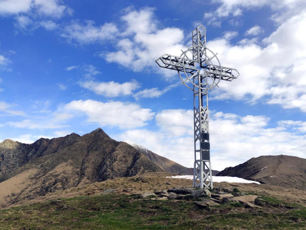 La croce di Pian Cavallone e dietro il Pizzo Marona e il Monte Zeda. A destra il Monte Todano