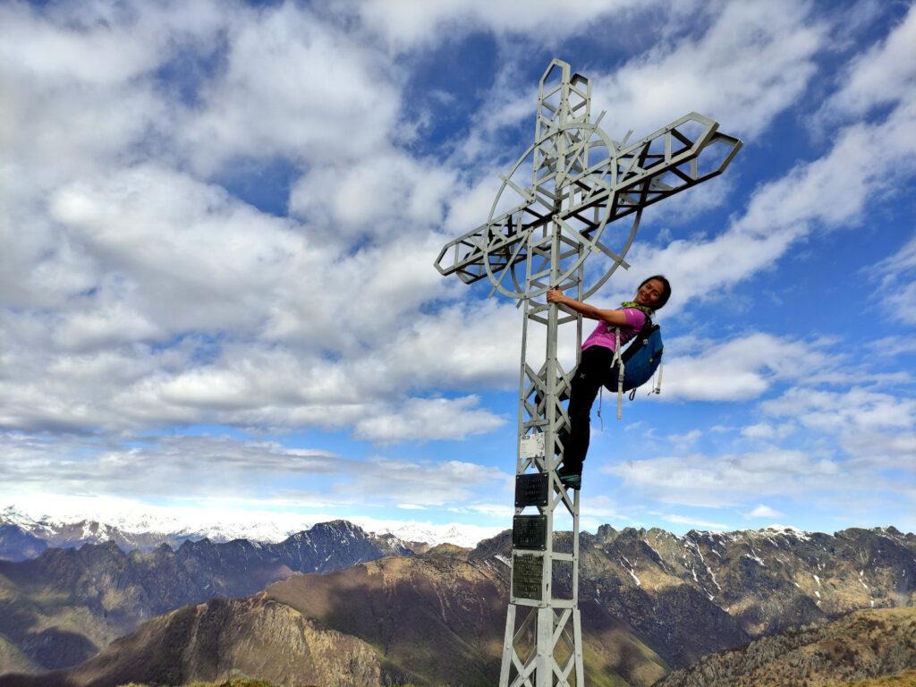 Erica sulla croce di Pian Cavallone con il Pedum e la Laurasca sullo sfondo