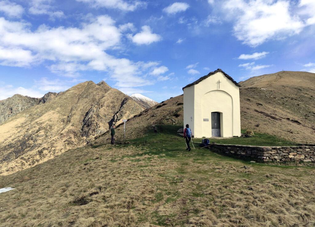 Arrivati alla cappella, si prende il sentiero in costa che aggira la cima del monte Todano