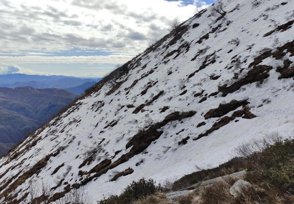 una parte del sentiero è ancora coperta di neve e ci ha costretto a inforcare i ramponi