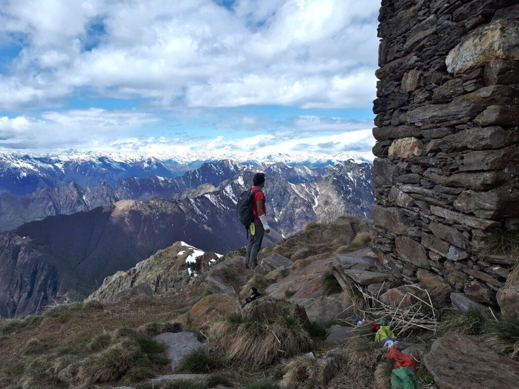 Gab alla cappella del Pizzo Marona si gode lo splendido panorama verso la Val Grande