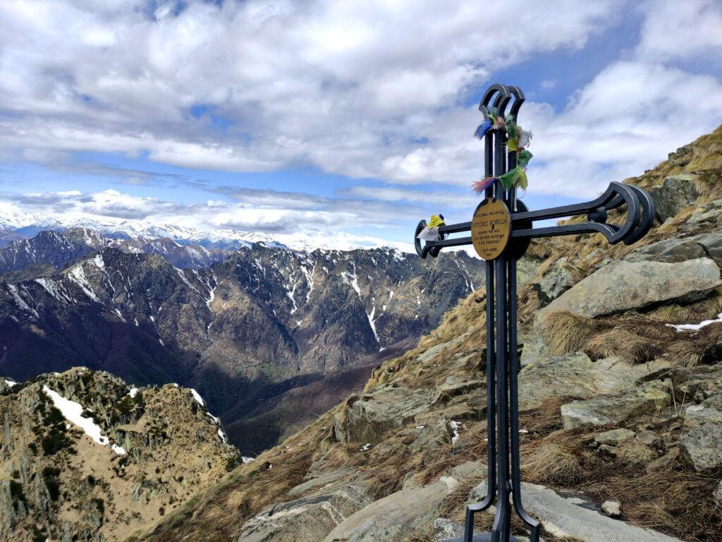 una croce commemorativa sotto la cima del Pizzo Marona