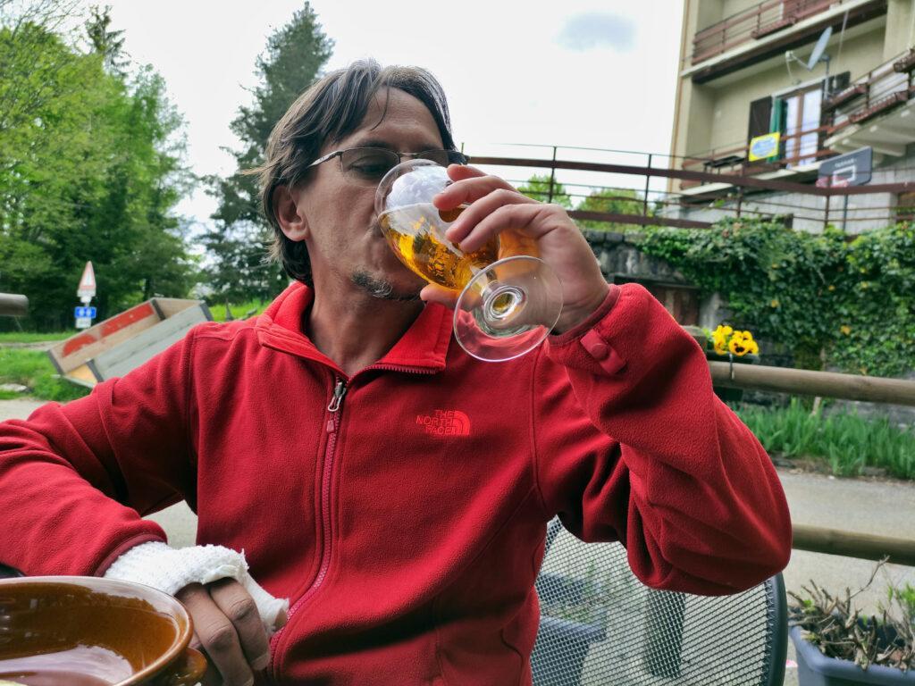 Tornati alla macchina, ci fermiamo al rifugio dell'Alpe Pala per la meritata birrozza finale!