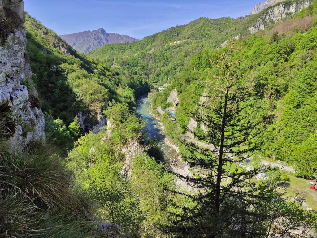 Individuato l'accesso della val Parina, subito all'inizio della valle c'è questo bel punto panoramico vista Brembo