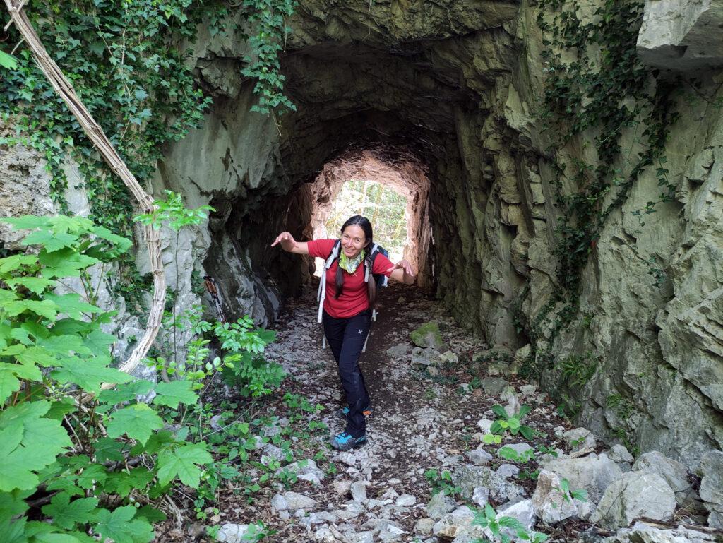 Lungo il sentiero della val Parina si passa dentro alcune grotte scavate per far passare i binari delle meniere