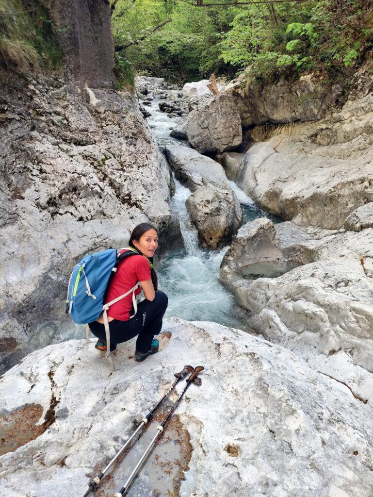 Erica con una delle splendide cascatelle del torrente Parina