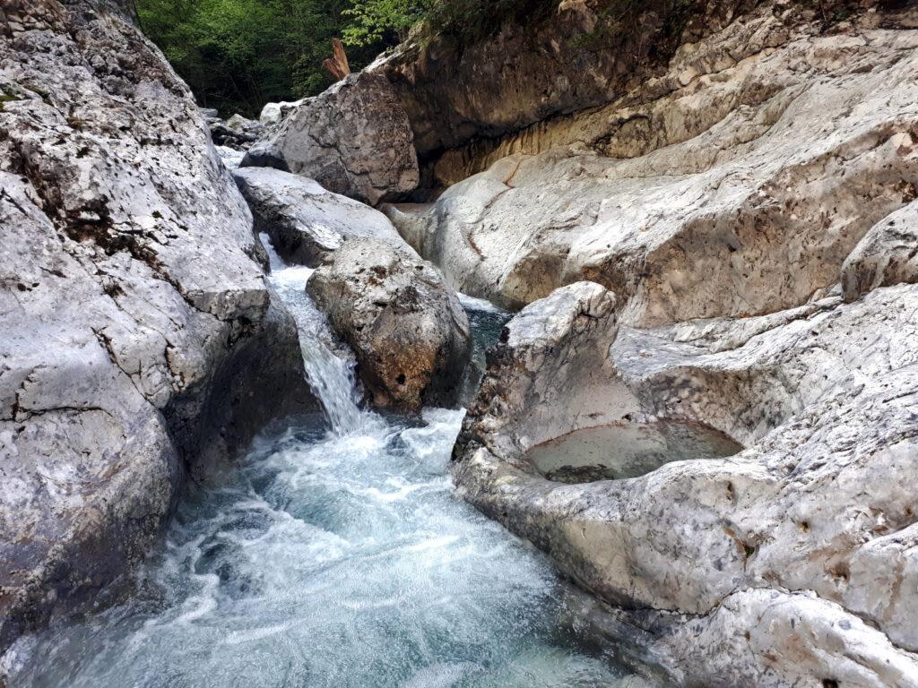 In questo punto si riesce a scendere sulle rocce dove l'acqua ha scavato la roccia in modo stupendo