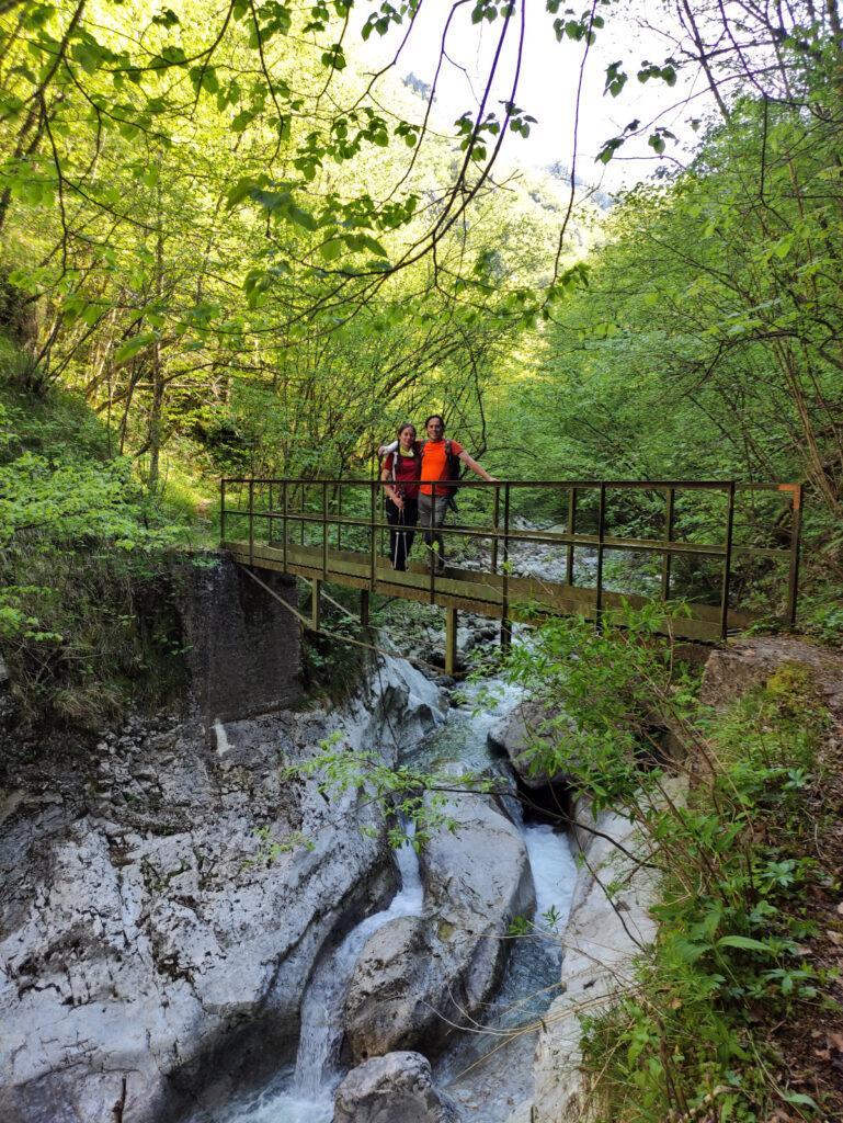 Foto insieme sul ponticello sopra alla cascata