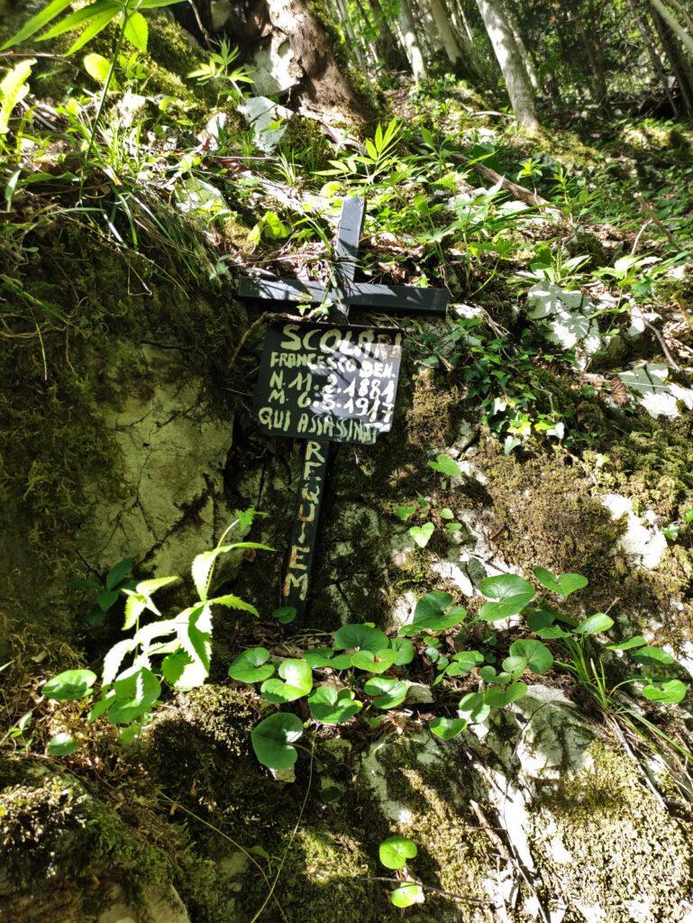 Pochi metri dopo questa lapide si distacca il sentiero Enel che porta verso il Passo Ortighera