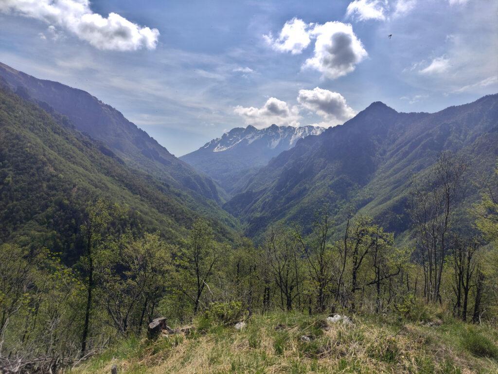 Vista dall'alto verso il proseguimento della val Parina e sullo sfondo il Monte Croce all'Alben