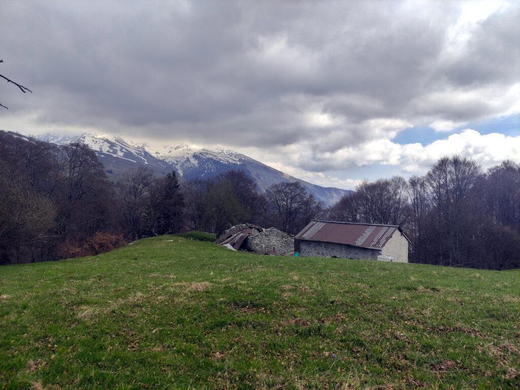 La baita Moss e il Menna coperto dalle nubi