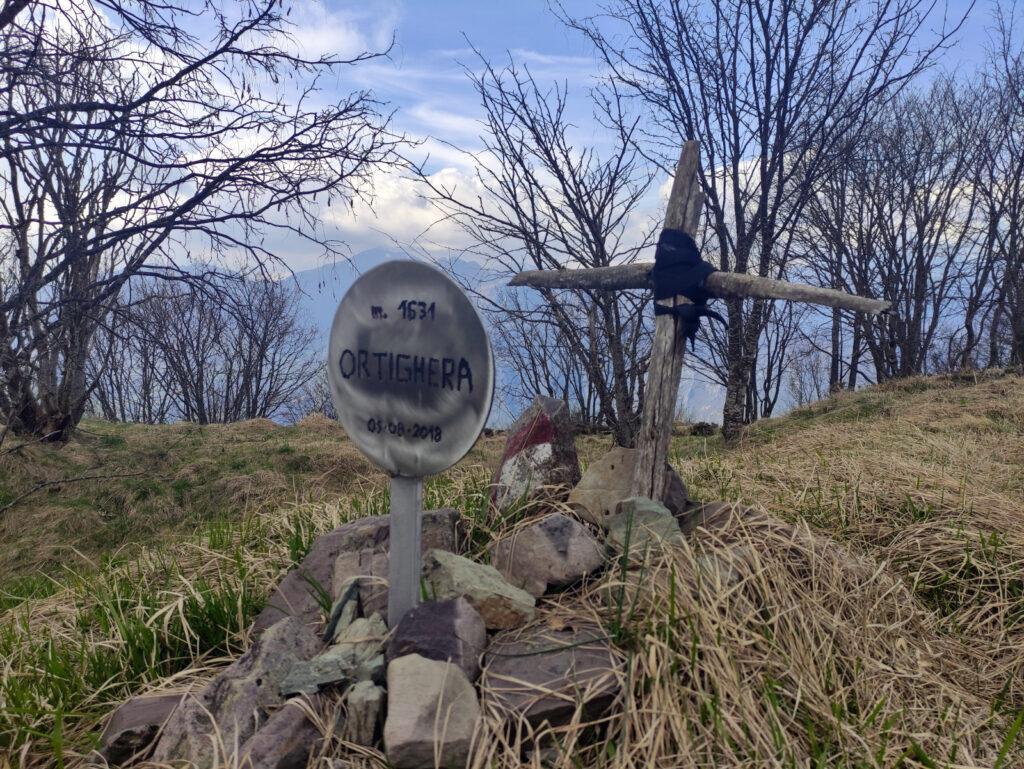 Ed ecco la cima del Monte Ortighera che da come l'hanno addobbata sembra più una lapide che una cima ;)