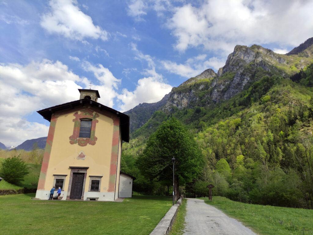 La chiesetta dove finisce il sentiero e inizia il tratto di strada che attraversa Lenna