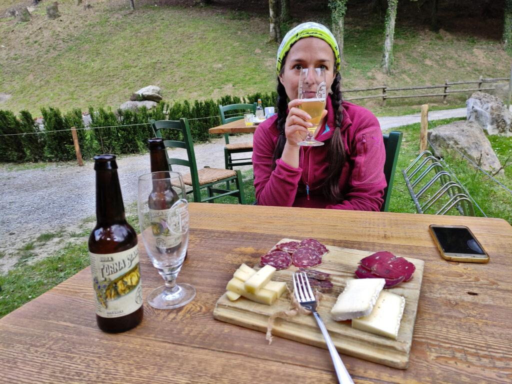 Al Ferdy il ristorante è riservato agli ospiti dell'agriturismo così ci fermiamo al bar all'aperto per un bel tagliere e una birra fresca