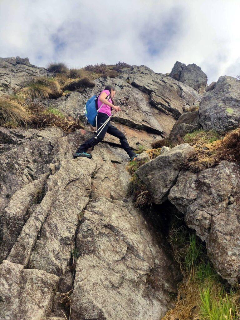 La risalita al Monte Gemevola ha anche qualche passaggio su roccette di I/II grado