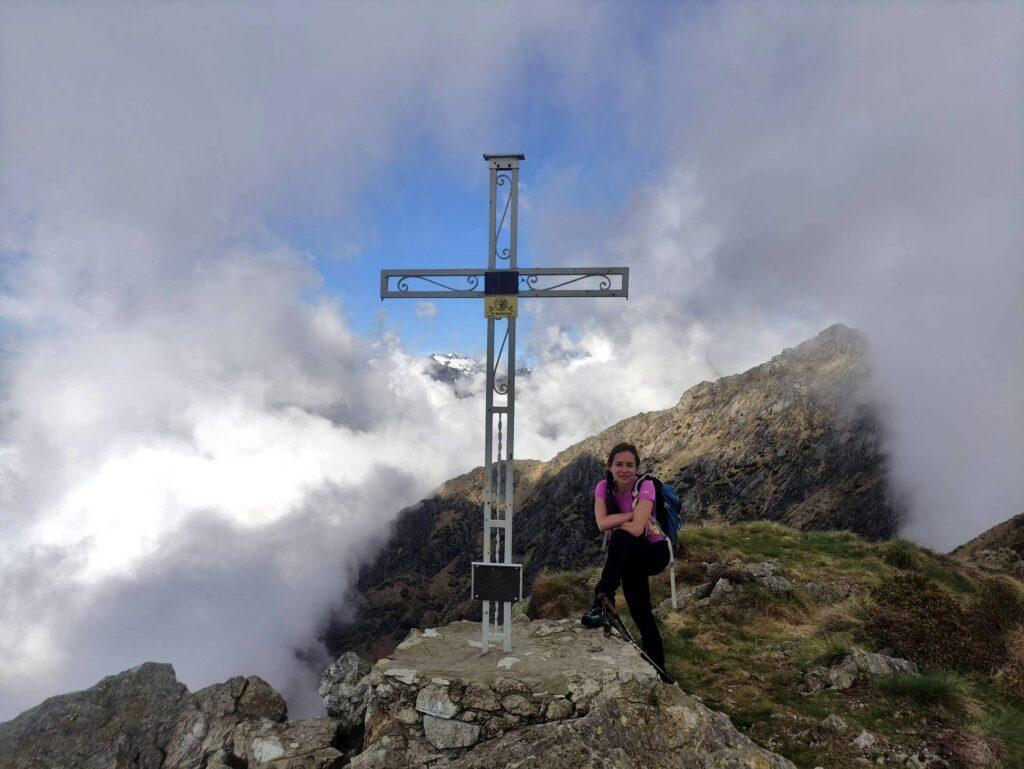 Erica con la croce di vetta del Monte Gemevola