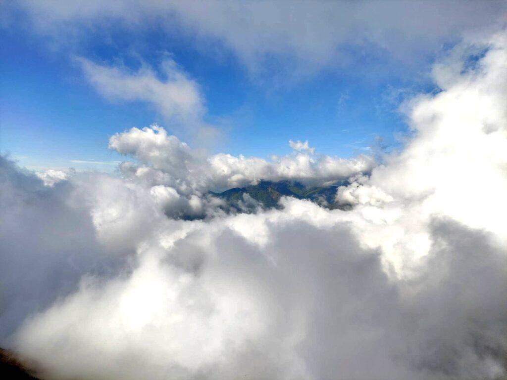 Le nuvole si sono fatte decisamente più fitte e regalano giochi di vedo/non vedo